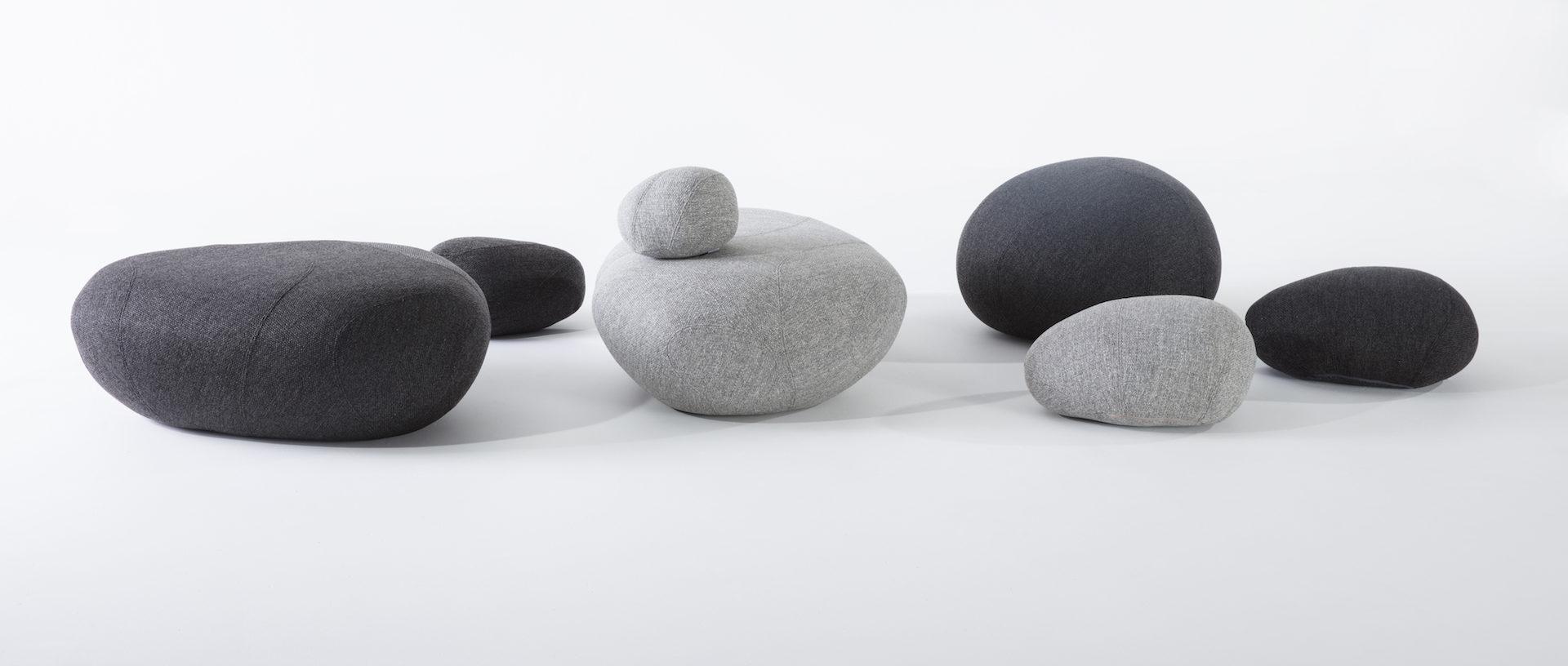 poufs galets en tissu gris clair et gris foncé de la marque Smarin, néolivingstones, agence Parade