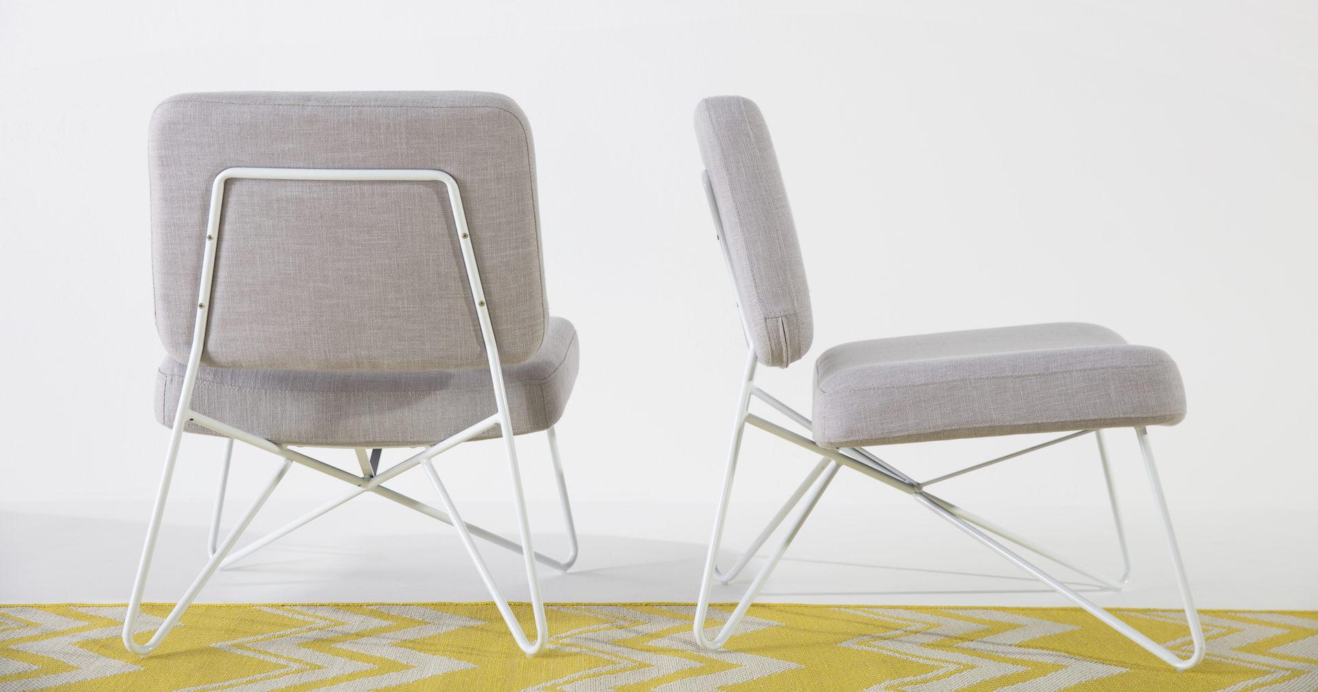 deux fauteuils gris et pieds en métal blanc et un tapis jaune, scandinave agence Parade