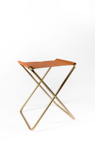 tabouret pliant pieds en métal doré et assise en cuir, agence Parade