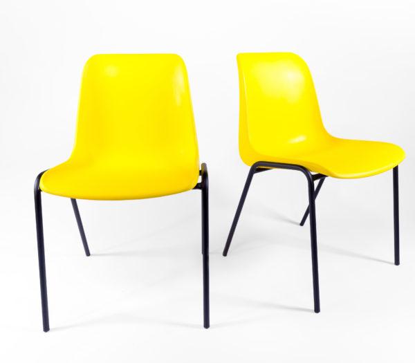 deux chaises en plastique jaunes et pieds en métal noir, design vintage, agence Parade