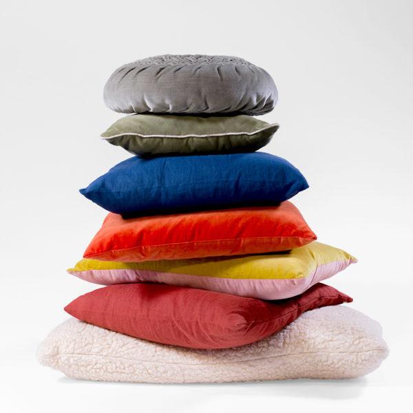pile de coussins de différentes couleurs, agence Parade