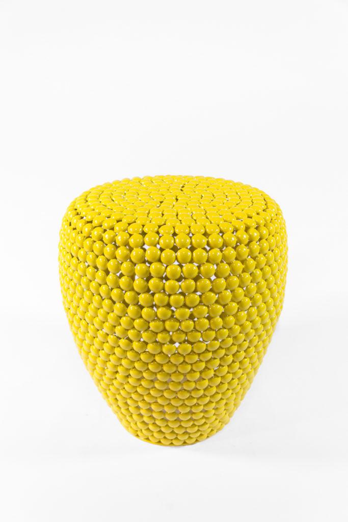 table d'appoint, guéridon, en pastilles de métal jaunes, de la marque Pols Potten, agence Parade