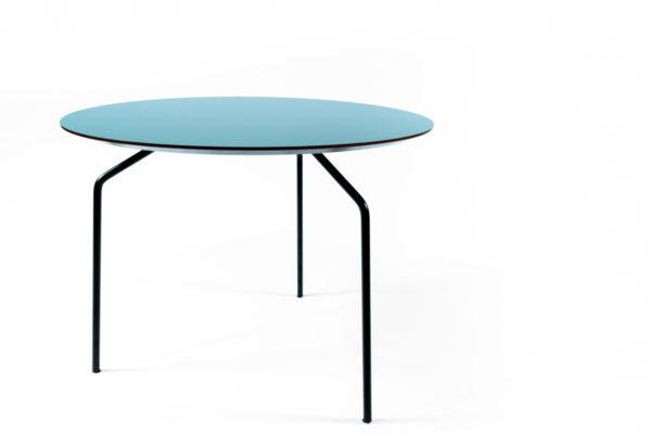 table basse en bois vert et pieds fin en métal noirs, de la marque Bo Concept, agence Parade
