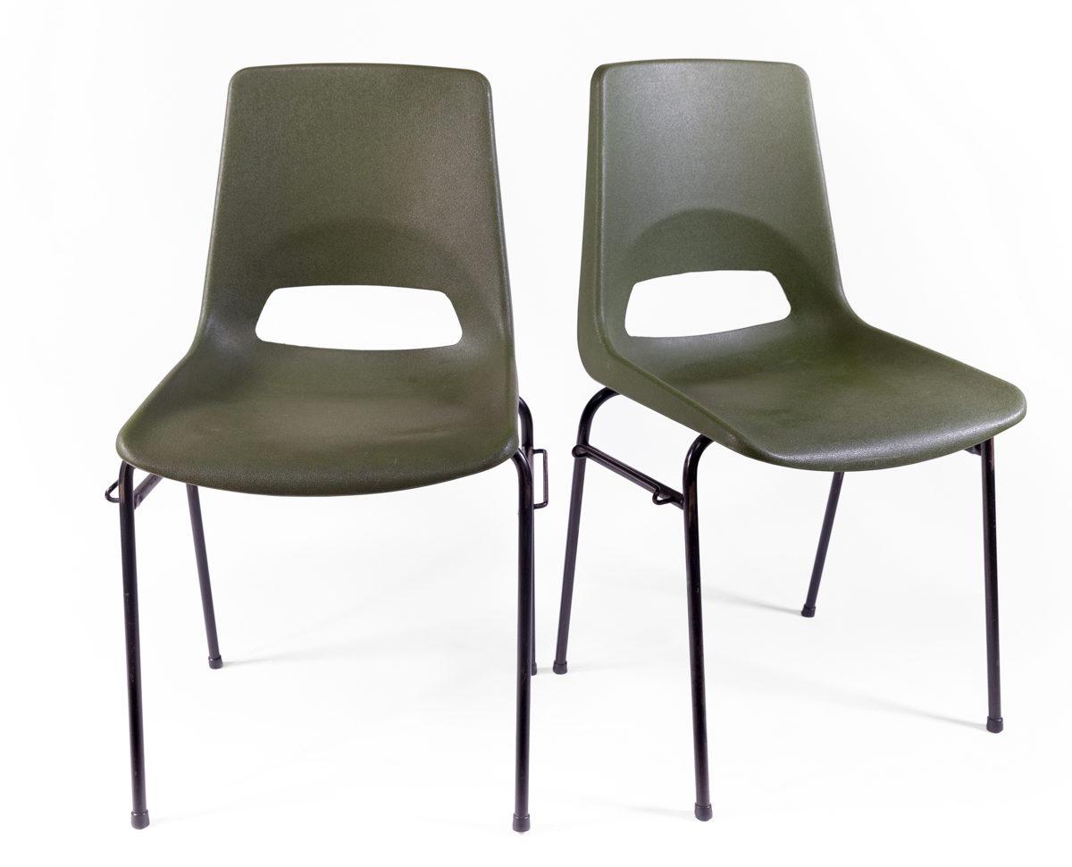 deux chaise vintage en plastique kaki et pieds en métal noir, agence Parade