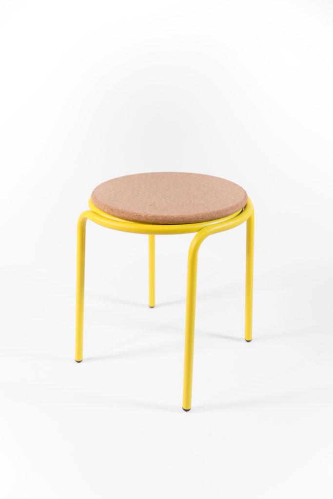 tabouret avec pieds en métal jaune et assise en liège