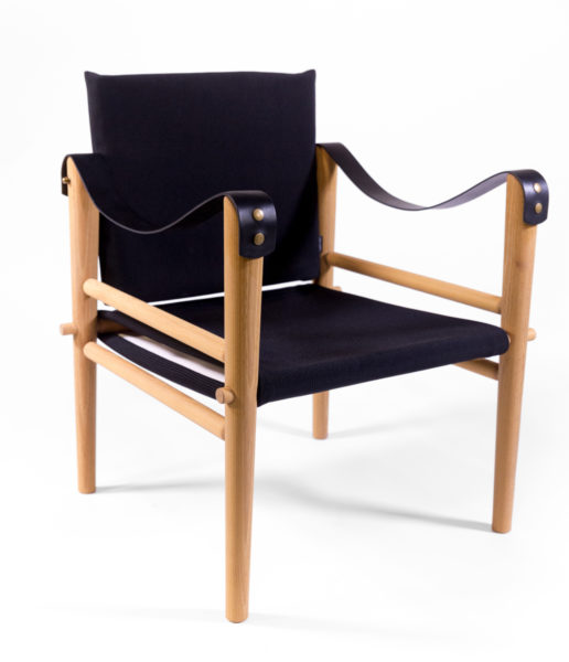 fauteuils en tissu noir et bois, Temps Libre, accoudoirs en sangles de cuir, agence Parade