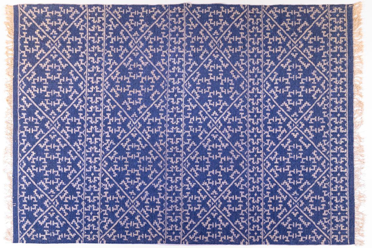 grand tapis kilim bleu et motifs beiges, agence Parade