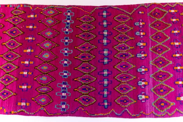 tapis berbère vintage, violet à motifs géométriques, agence Parade