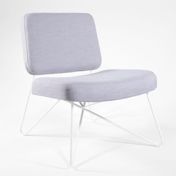 fauteuil en tissu gris et pieds en métal blanc, design scandinave agence Parade