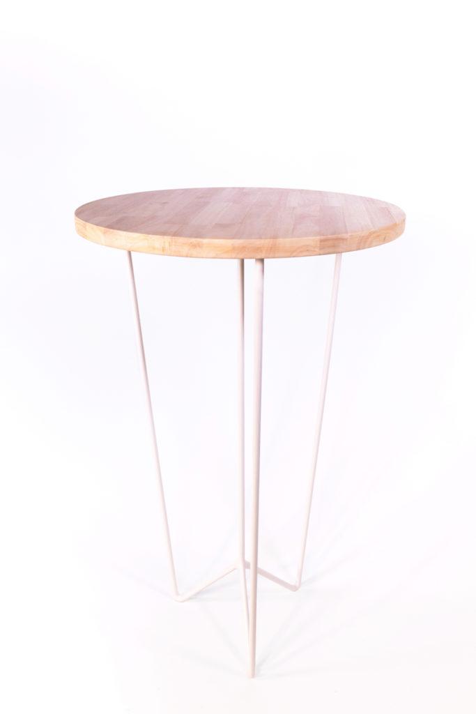 mange-debout avec plateau de bois et pieds en métal blanc, création de l'agence Parade