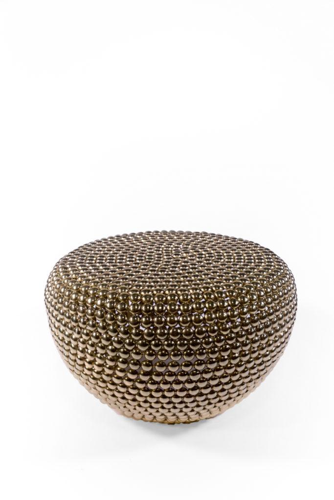 table basse en pastilles de métal laiton, de la marque Pols Potten, agence Parade