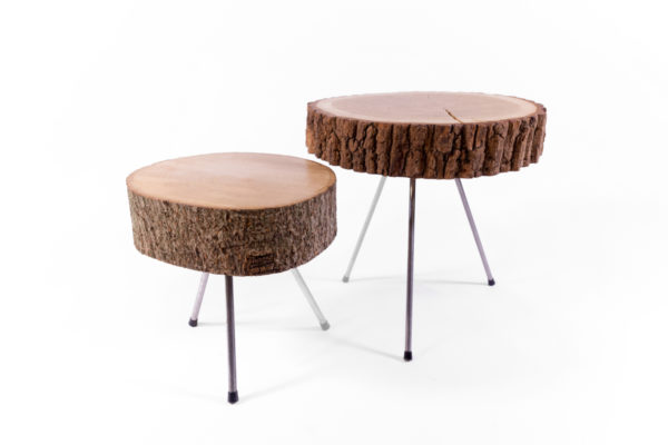 deux tables basses en rondin de bois avec des piètements en métal, création agence Parade