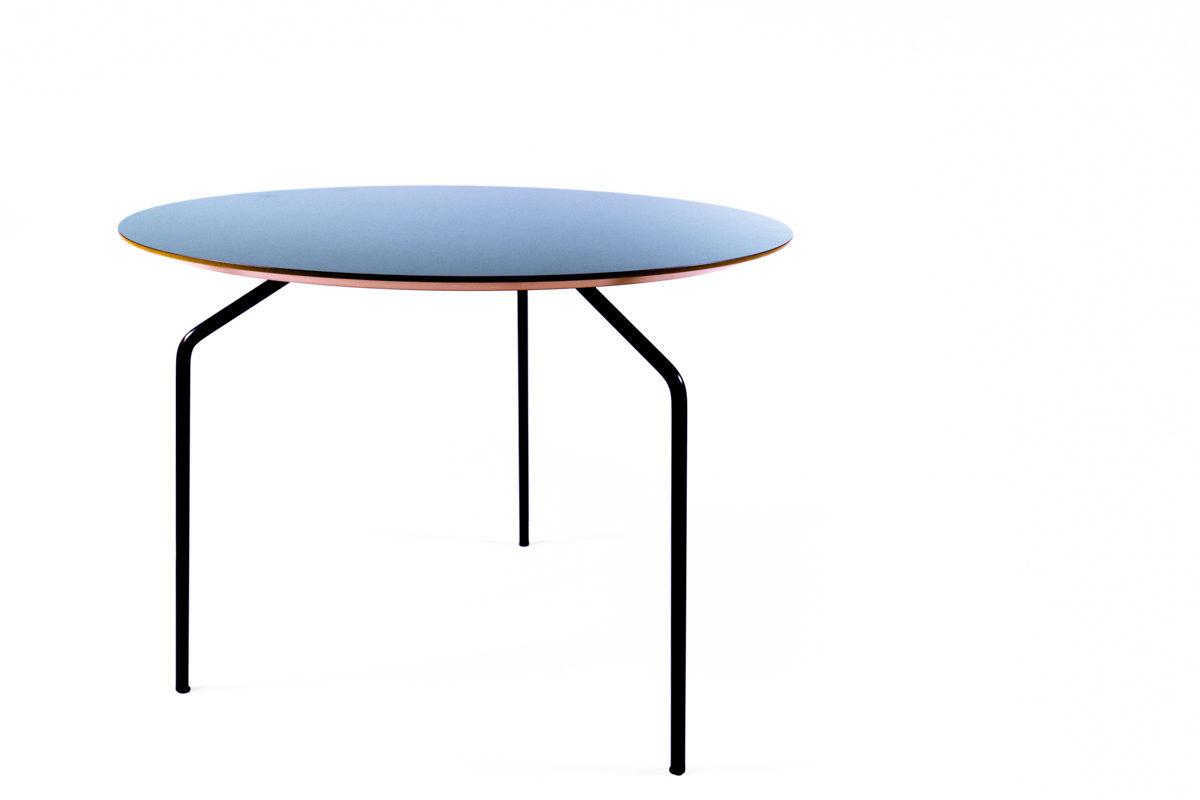 table basse avec plateau en bois bleu et pieds fins en métal de la marque Bo Concept, agence Parade