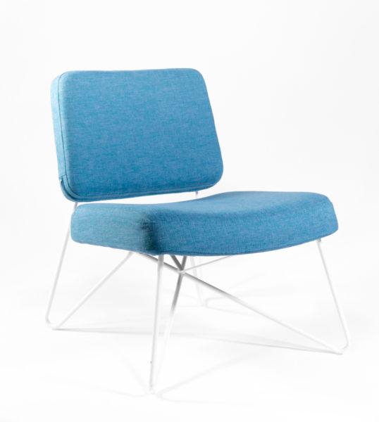 fauteuil en tissu bleu et pieds en métal blanc, design scandinave, agence Parade