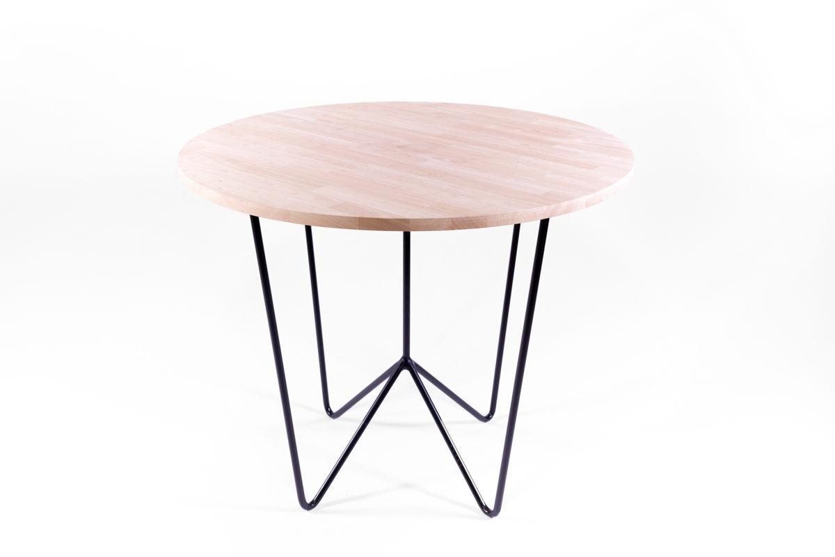 table ronde plateau de bois clair et pieds en métal noir, création agence Parade