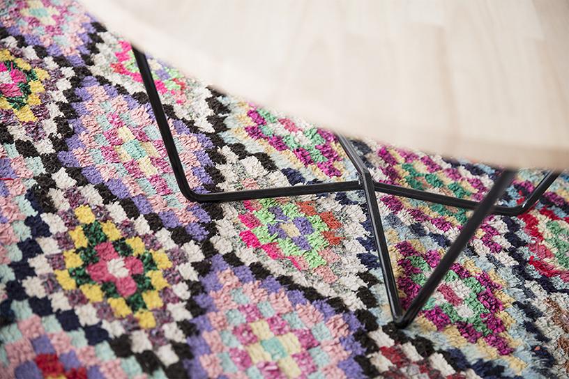 tapis boucherouite multicolore, table basse en bois et pieds en métal noir, agence Parade