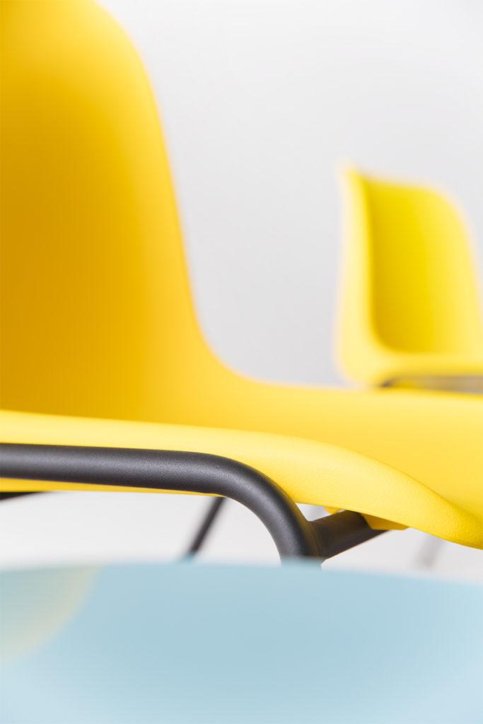chaise en plastique jaune et pieds en métal noir, agence Parade