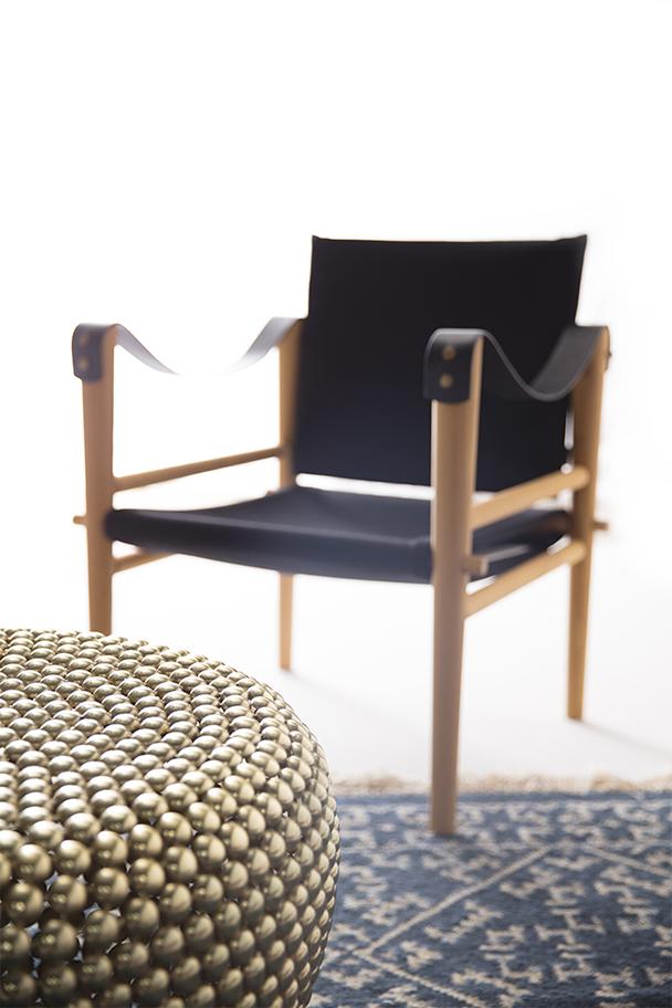 fauteuils en tissu noir et bois, Temps Libre, tapis kilim bleu et table basse en laiton Pols Potten, agence Parade