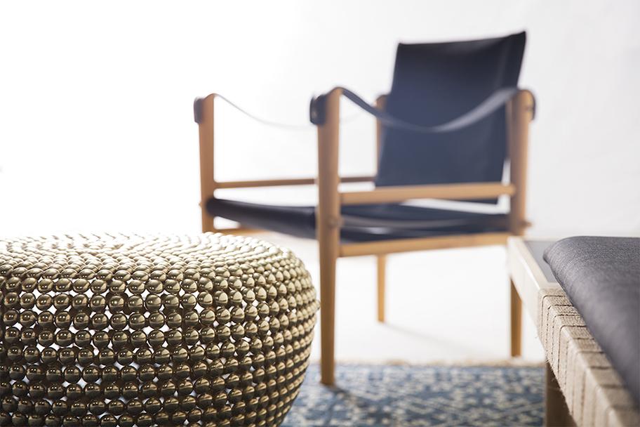fauteuils en tissu noir et bois, Temps Libre, tapis kilim bleu et table basse en laiton Pols Potten, banquette en bois grise, agence Parade
