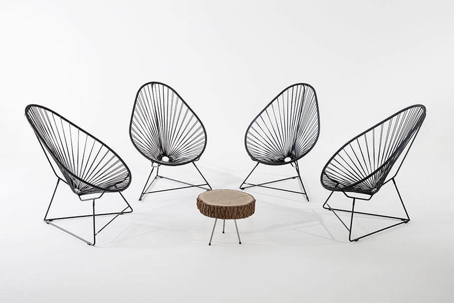 table basse en rondin de bois, pieds en métal fauteuils acapulco Noirs Boqa, agence Parade