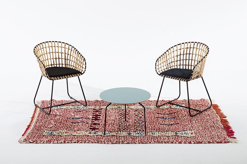 tapis Azilal rouge vintage, deux fauteuils rotin et métal pols Potten, table basse bleue Bo Concept, agence Parade