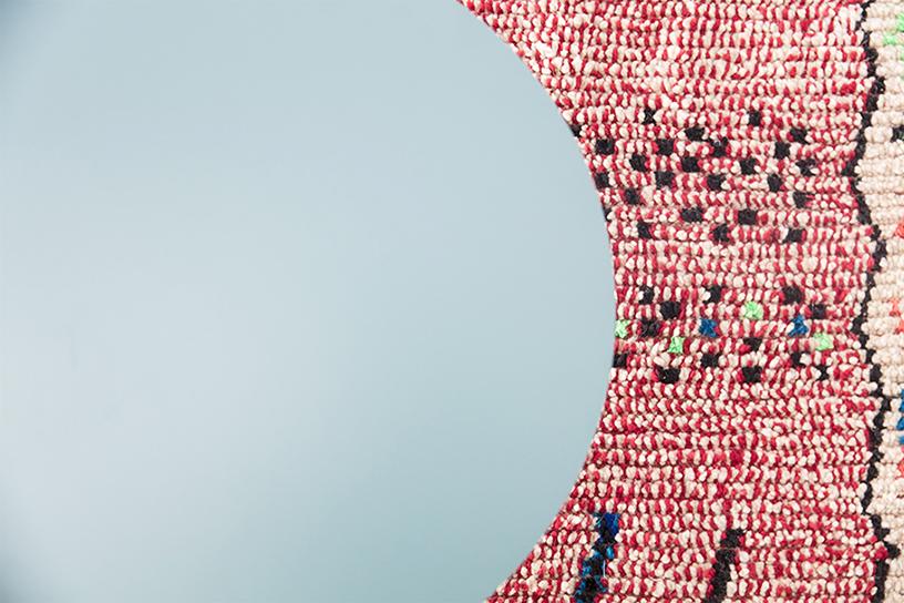 tapis azilal rouge et table basse verte Bo Concept, agence Parade