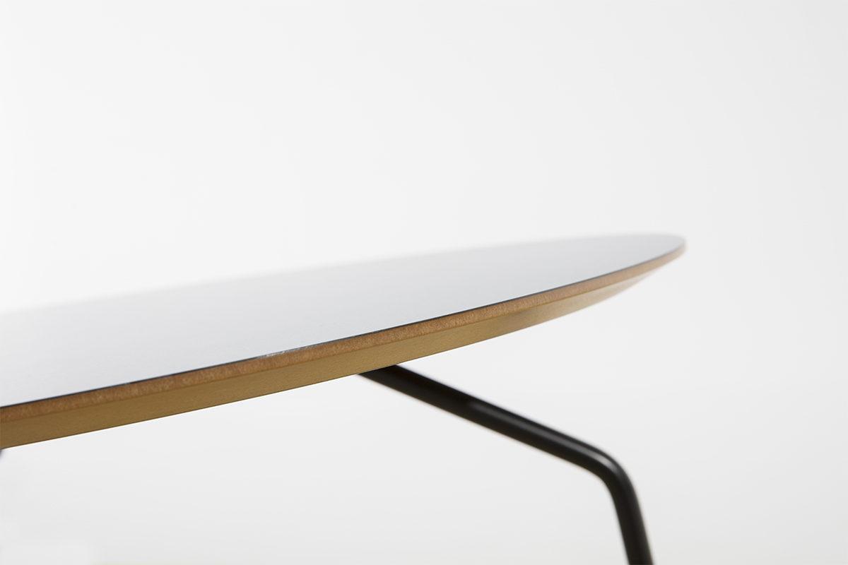 table basse en bois et plateau bleu, pieds en métal noir Bo Concept, agence Parade