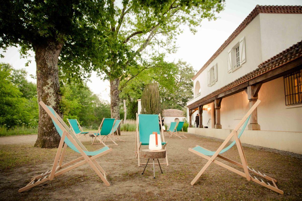 chilienne en tissu turquoise, tables basses en rodin de bois et lampe fermin, soirée LAD, agence Parade