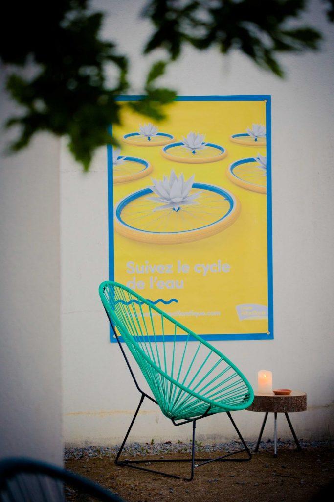 fauteuil acapulco turquoise table basse en rodin de bois et bougie, soirée LAD, agence Parade