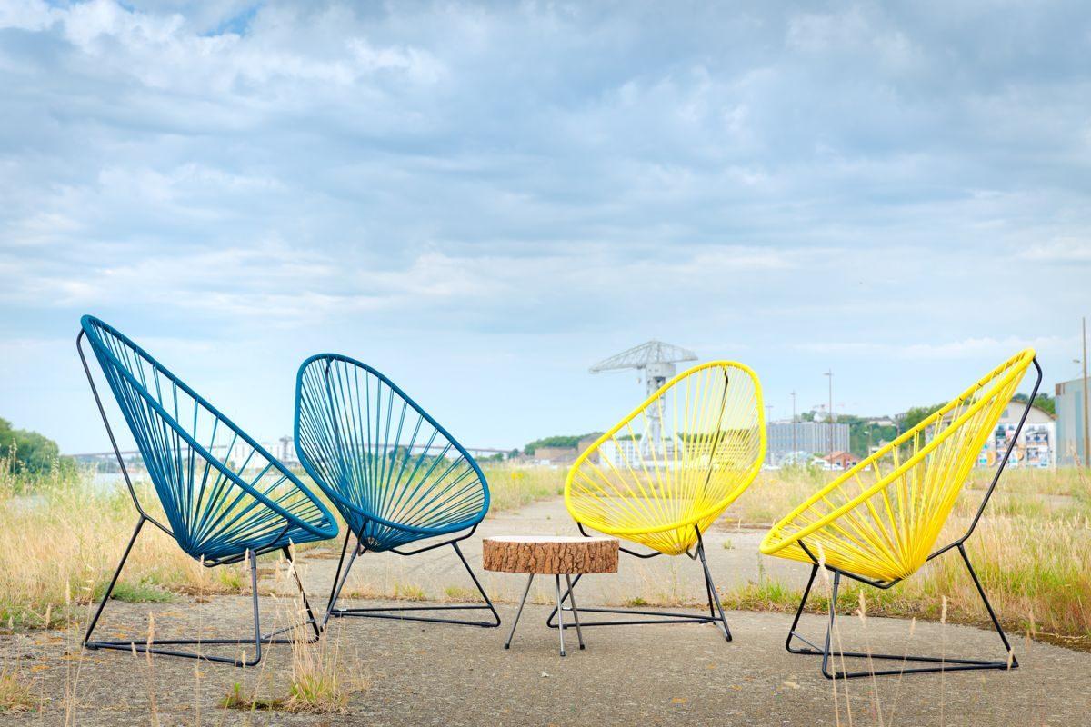 fauteuils acapulco jaune et bleu et table basse en rodin de bois, bords de Loire, agence Parade