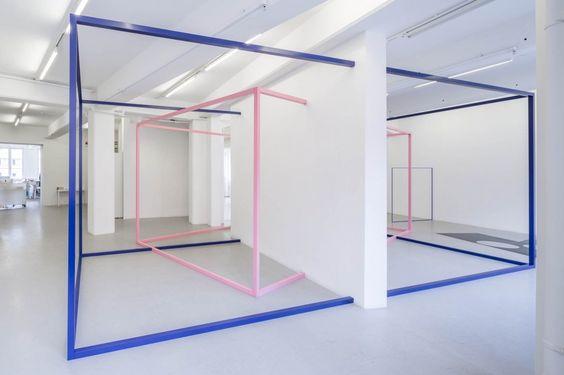 stand conceptuel, structure bleu et rose, agence Parade
