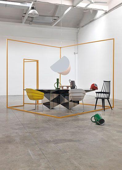 stand conceptuel avec structure jaune et meubles design