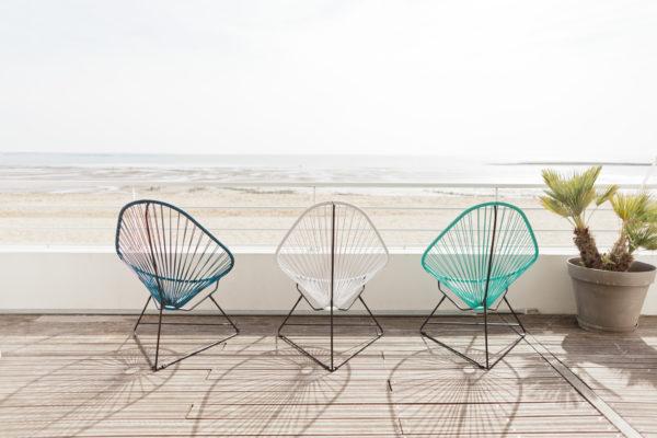 trois fauteuils acapulco face à la mer; agence Parade