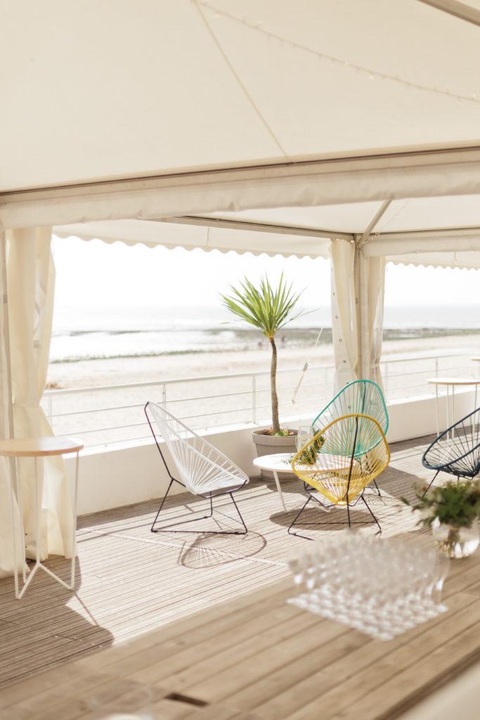 fauteuils acapulco et mange deboutmariage en bord de mer, agence Parade