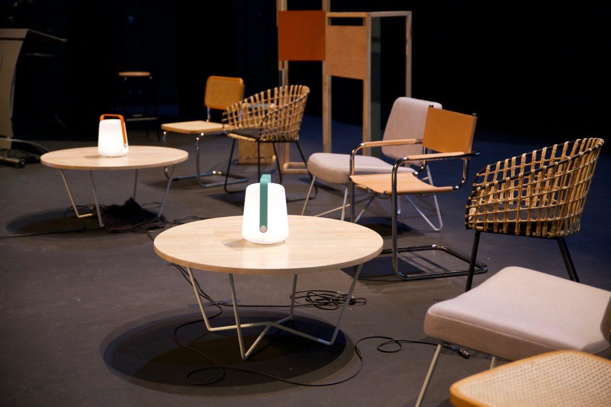 table basse en bois, lampe fermin et fauteuils design, agence Parade