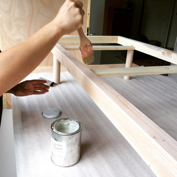 structure de banquette en bois, vernis, agence Parade