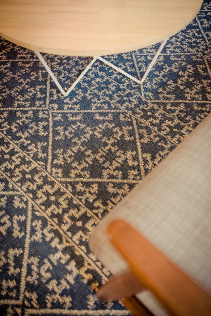 tapis kilim bleu, agence Parade