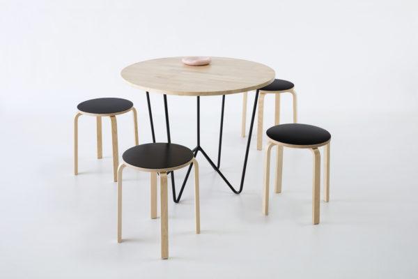 table ronde et tabouret en bois, agence PARADE